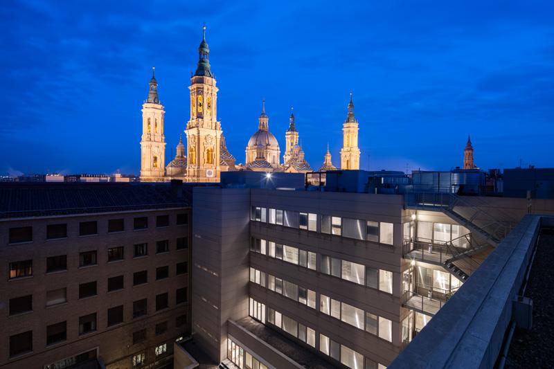 Imagen nocturna de los antiguos juzgados de Zaragoza